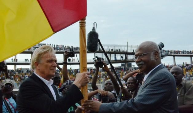 L'Allemand Volker Finke reçoit le drapeau des mains du premier ministre camerounais