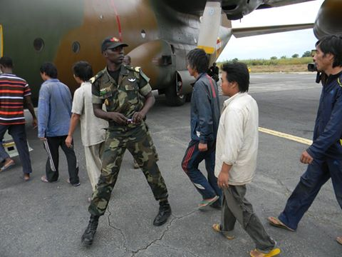 Les otages chinois au départ de l'aéroport de Maroua samedi matin (crédit photo: Célestin Tabouli Succès)