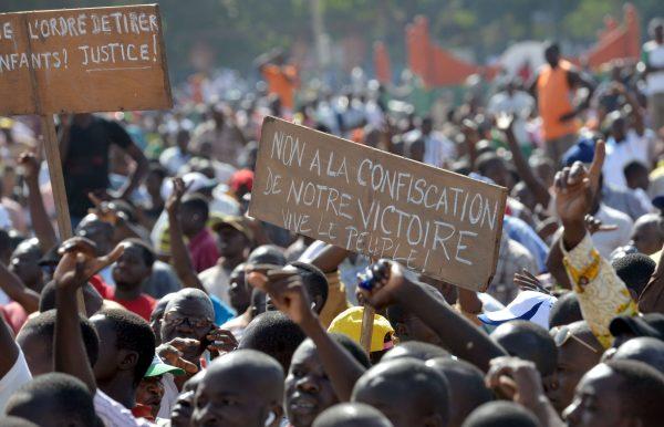 Des manifestants protestent contre l'accession au pouvoir du lieutenant-colonel Zida. Photo: AFP/Issouf Sanogo