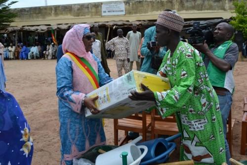 Un responsable d'un Gic agropastoral recevant du matériel offert par l'honorable Oumoul Koultchoumi Ahidjo